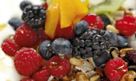 Granola mit Früchten und Joghurt