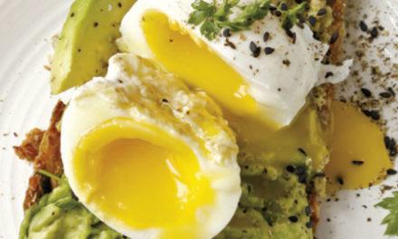 Knäckebrot mit Avocado und Ei