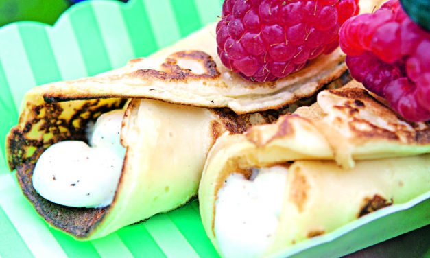 Pancake-Röllchen mit Vanillecreme und Beeren