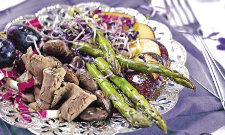 Sommerlich marinierter Rindfleischsalat mit lila Touch