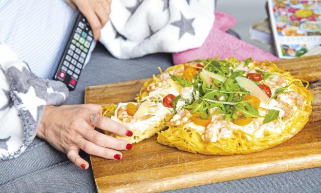 Pasta-Pizza mit Parmesan & Garnelen