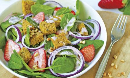 Spinat-Erdbeersalat mit Knusperpolenta und Pink Dressing