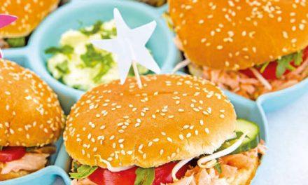 Burger mit Pulled Lachs und Wasabicreme