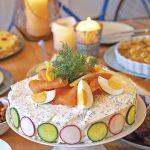 Smörgås-Tårta – Bunte Sandwichtorte mit Räucherlachs
