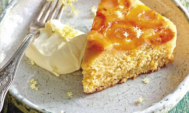 Upside-Down-Cake mit Marillen&Holunder-Crème-fraîche