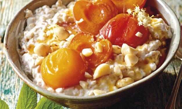 Ofen-Porridge mit Kokos und Honig-Marillen