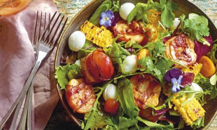 Bunter Salat mit gefüllten Marillen