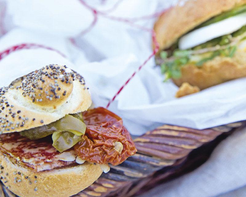 Mohnweckerl mit Senfsauce, Salami & Gurken