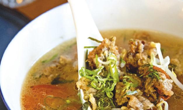 Süßsaure Gemüsesuppe mit gebratener Fischpastete