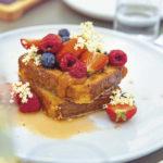 French Toast mit Beeren und Hollerblüten