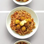 Tagliatelle mit Mozzarellabällchen
